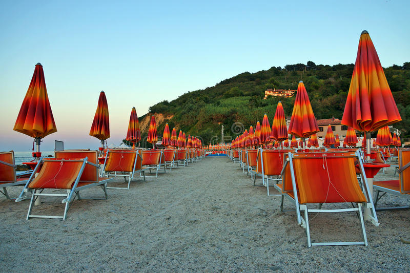 Guarda-chuvas nas praias de Itália na hora de manhã fotografia de stock