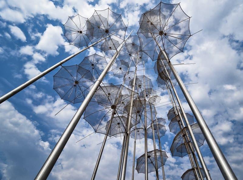 Guarda-chuvas que vão ao céu fotografia de stock royalty free