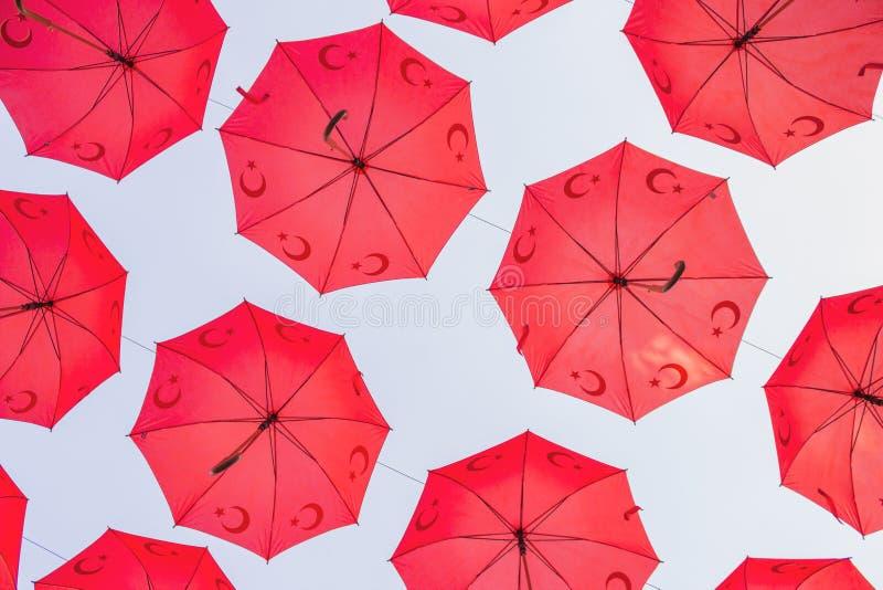 Guarda-chuvas turcos vermelhos amarrados acima de uma rua foto de stock royalty free