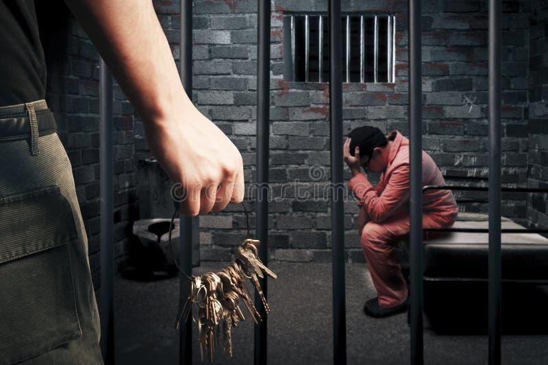 Guarda de prisão com chaves foto de stock