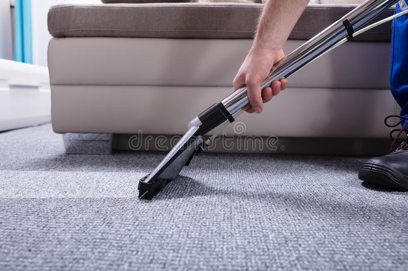Guarda de serviço Cleaning Carpet fotografia de stock