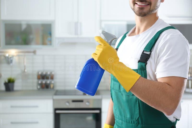 Guarda de serviço com o pulverizador na cozinha servi?o da limpeza fotos de stock