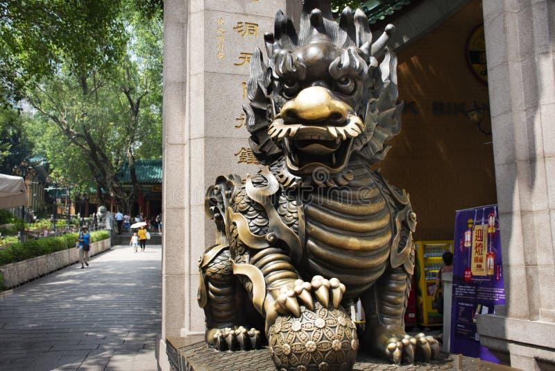 Guarda del dragón de Qilin de la piedra de la escultura en la entrada de Wong Tai Sin Temple en Kowloon en Hong Kong, China imagen de archivo