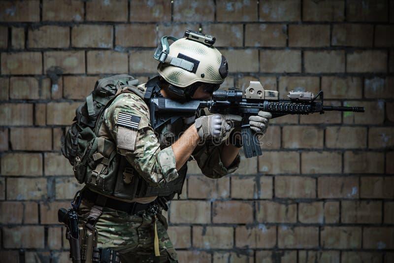 Guarda florestal do exército dos EUA que aponta o rifle foto de stock