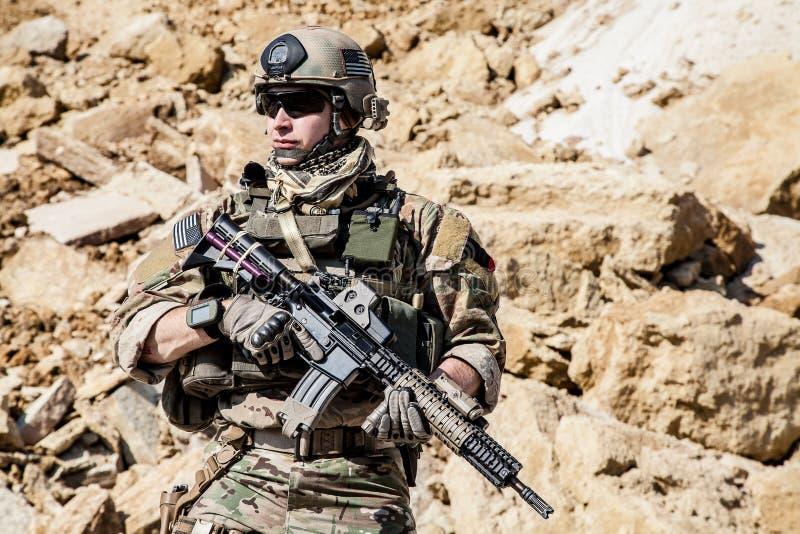 Guarda florestal do exército nas montanhas imagens de stock