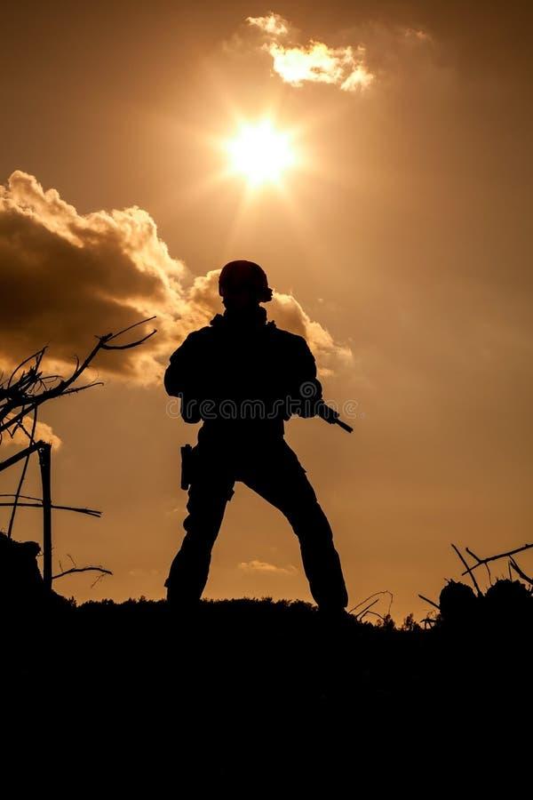 Guarda florestal do exército nas montanhas fotos de stock royalty free