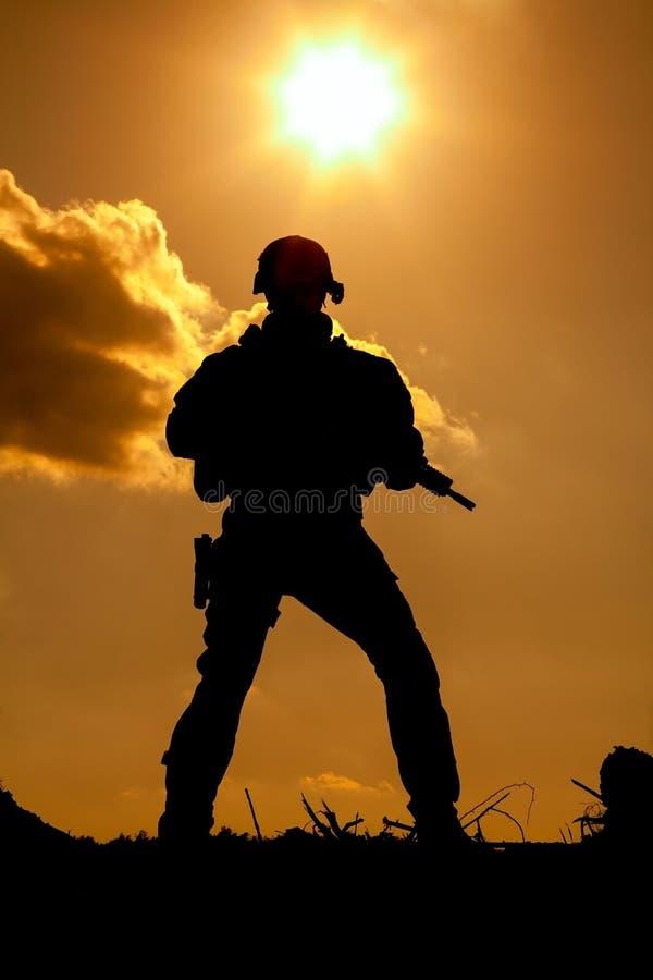 Guarda florestal do exército nas montanhas imagens de stock royalty free