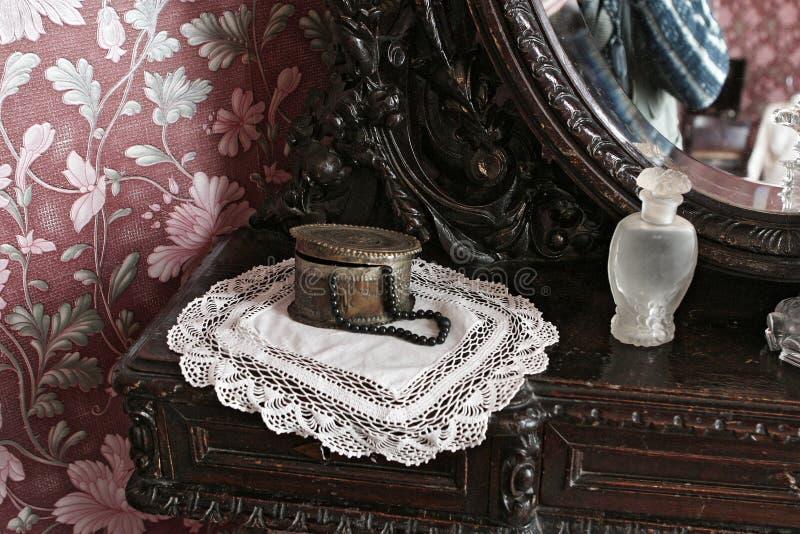 Guarda-joias de cobre com grânulos pretos em um guardanapo feito malha imagem de stock