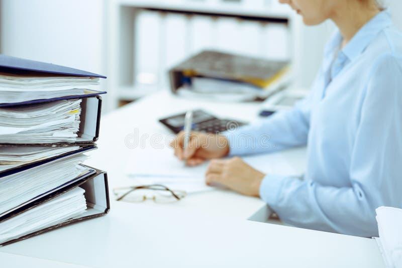 Guarda-livros f?mea desconhecido ou inspetor financeiro que calculam ou que verificam o equil?brio, fazendo o relat?rio, close-up imagens de stock