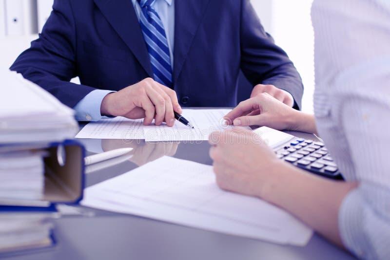 Guarda-livros ou inspetor financeiro que fazem o relatório, calculando ou verificando o equilíbrio Conceito da auditoria fotografia de stock royalty free