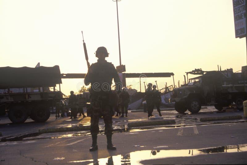 Guarda nacional mostrada em silhueta durante 1992 motins, Los Angeles central sul, Califórnia fotos de stock