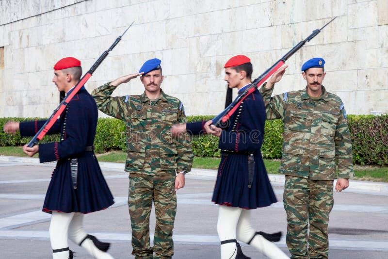 Guarda presidencial grega, Evzones, desfilando na frente do parlamento grego no quadrado do Syntagma imagens de stock royalty free