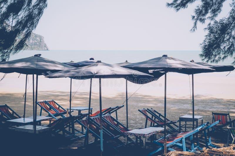 Guarda-sóis em uma praia, com uma ideia de uma linha do horizonte sobre o mar fotografia de stock