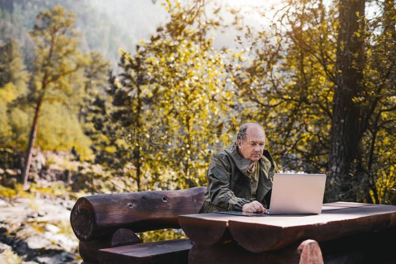 Guardabosque con PC y el ordenador portátil de la tableta foto de archivo