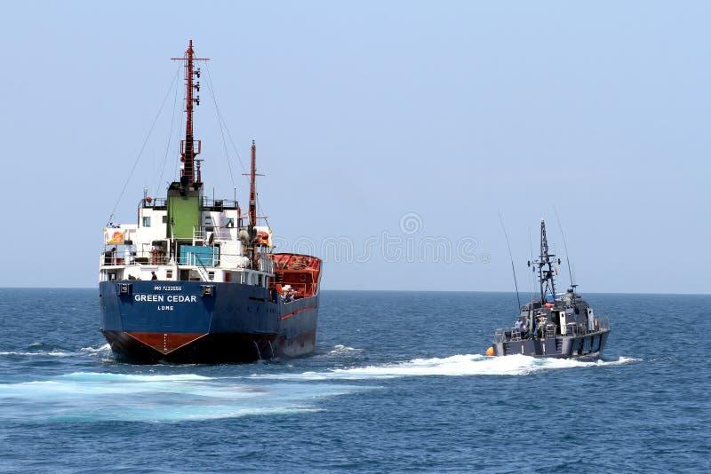 Guardacostas español de las aduanas que controla un buque del motor imagen de archivo