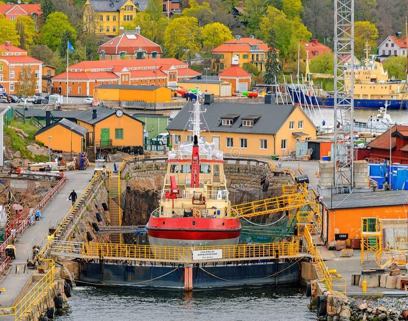 Guardacoste nell'ambito della riparazione al bacino di carenaggio sul vecchio molo a Beckholmen Stoccolma, Svezia immagini stock