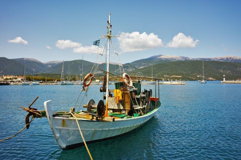 Guardador de gado no porto da cidade de Sami, Kefalonia, Grécia imagens de stock royalty free