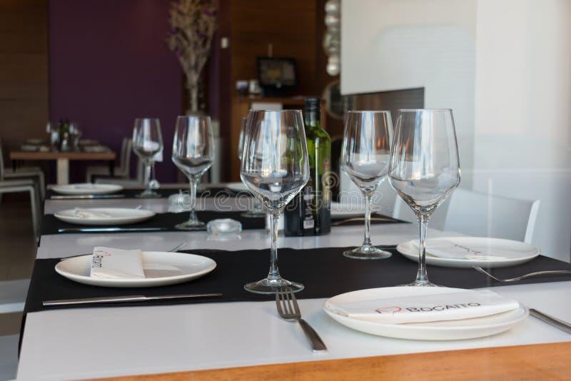 Guardamar del Segura, Alicante, Spanje 8 december 2 017: Restaurant Gr Bocaito Mooie lijstopstelling met wijnglazen, schotels, stock foto's