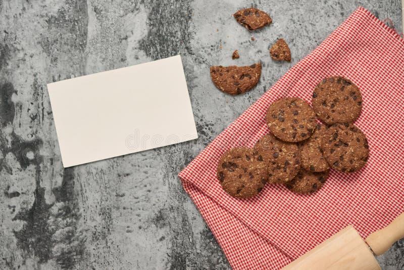 Guardanapo branco das cookies do biscoito do chocolate na tabela de pedra foto de stock
