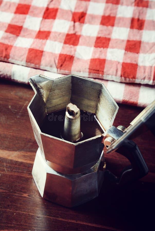 Guardanapo quadriculado na tabela de madeira com o copo de café vermelho fotografia de stock royalty free