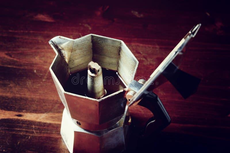 Guardanapo quadriculado na tabela de madeira com o copo de café vermelho foto de stock royalty free
