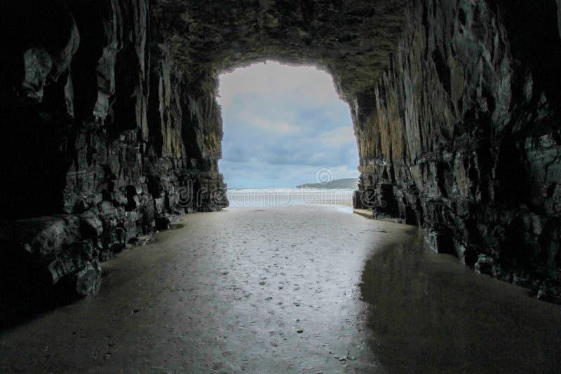 Guardando al mare dalla caverna della cattedrale immagini stock