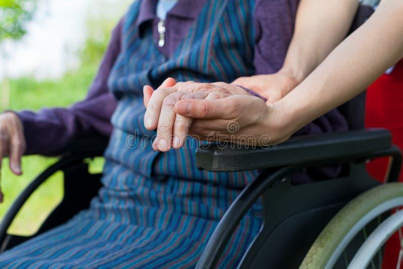 Guardando as mãos - doença de Parkinson fotografia de stock