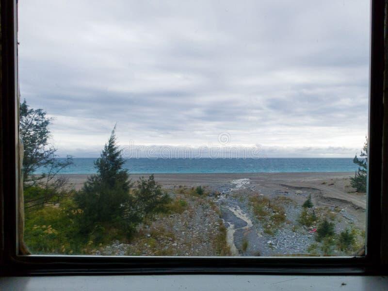 Guardando attraverso la finestra del treno fotografie stock libere da diritti