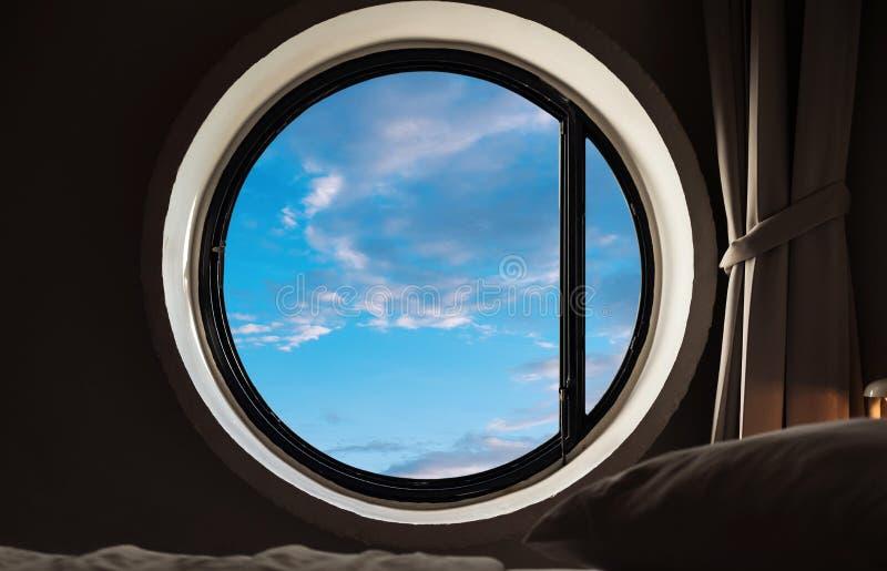 Guardando attraverso la finestra, struttura della finestra del cerchio con la vista del cielo di estate fotografie stock libere da diritti