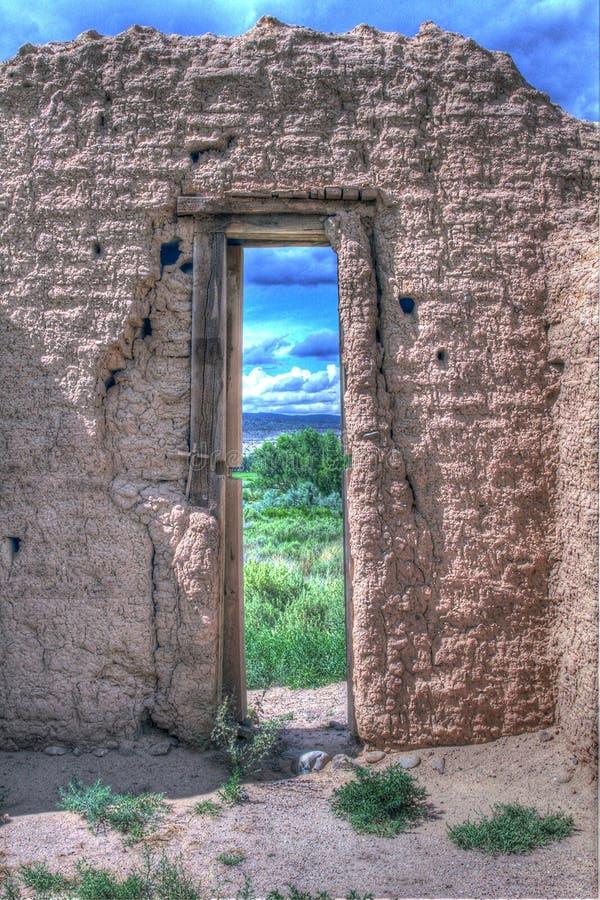 Guardando attraverso una vecchia porta della chiesa fotografia stock