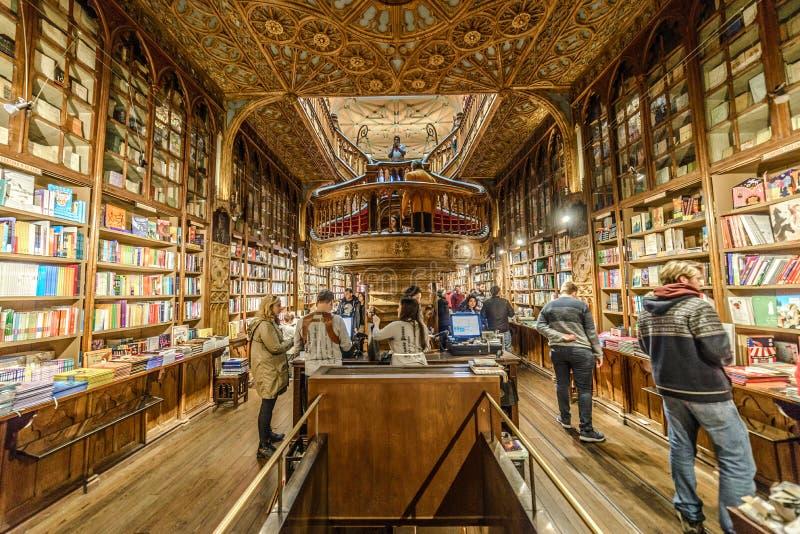 Guardando dentro Lello Library, a Oporto, il Portogallo fotografia stock