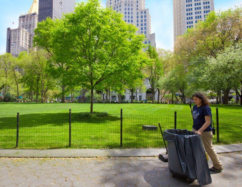 Guardando el parque de NYC limpie fotos de archivo libres de regalías