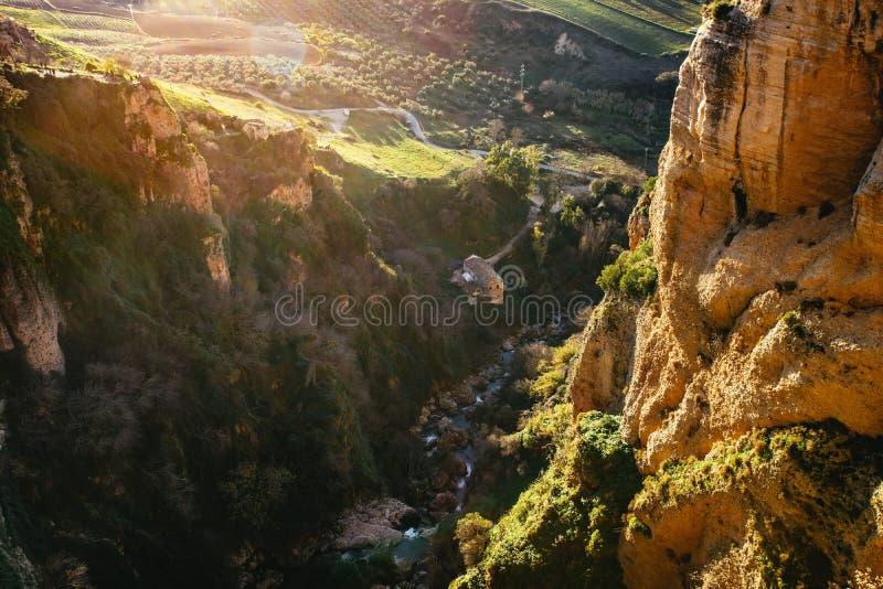 Guardando giù dal ponte nella gola di EL Tajo fotografia stock