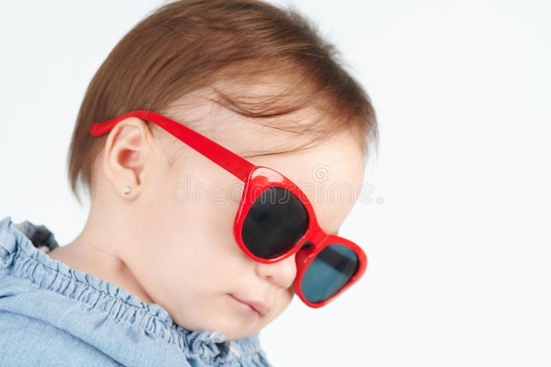 Guardando giù il bambino in occhiali da sole fotografia stock libera da diritti