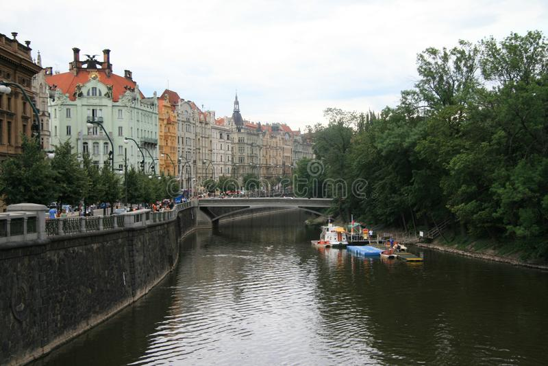 Guardando giù il fiume la Moldava fotografie stock