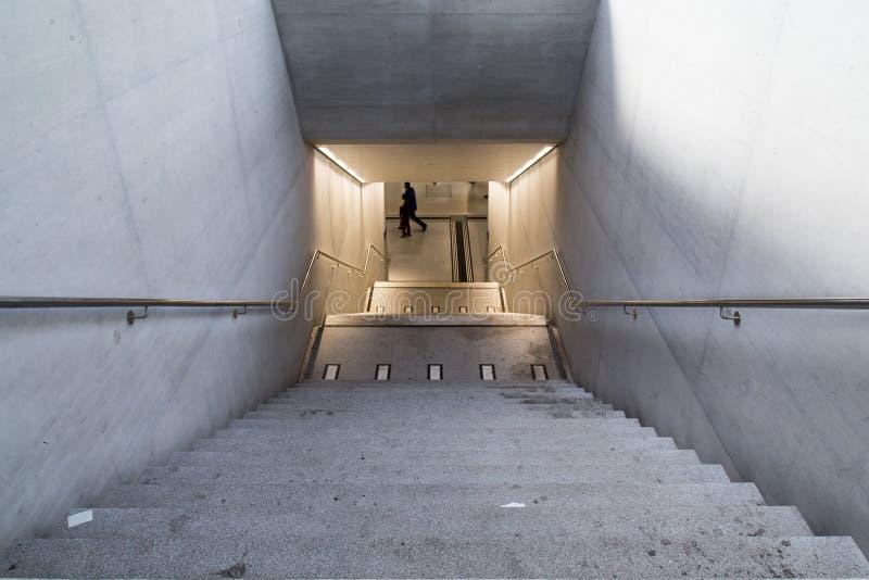 Guardando giù il tunnel fotografie stock libere da diritti