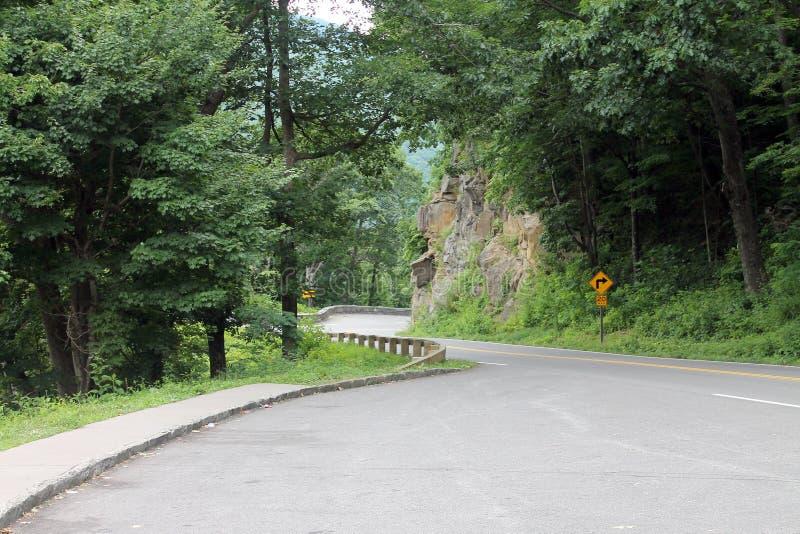 Guardando giù la strada nel parco nazionale di Great Smoky Mountains immagine stock