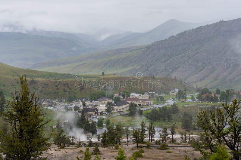 Guardando giù sopra Mammoth Hot Springs immagini stock libere da diritti