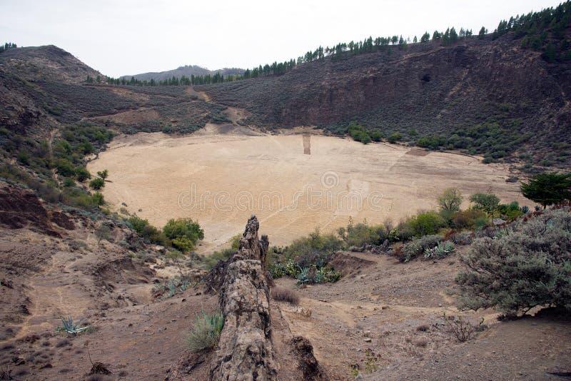 Guardando giù in un cratere del vulcano dove un'olandese resa a vino nel passato immagini stock