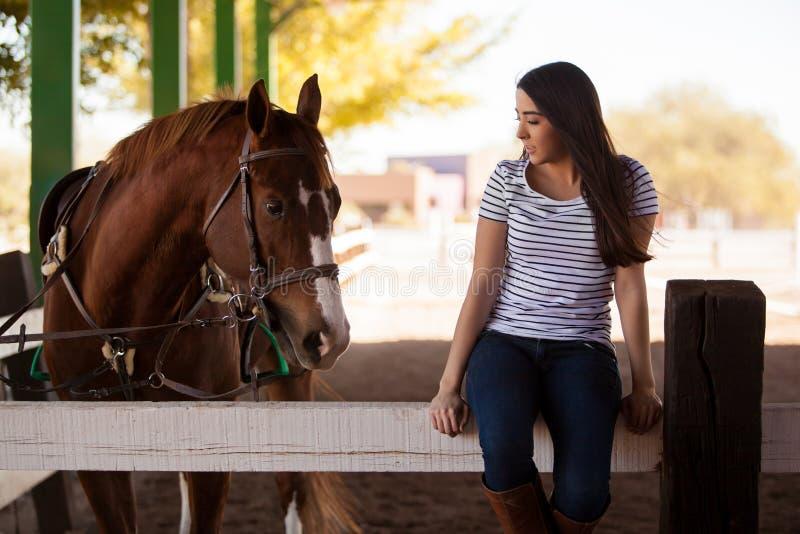 Guardando mi caballo una cierta compañía fotos de archivo libres de regalías