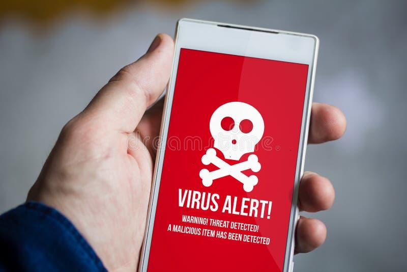 guardando o smartphone do vírus foto de stock royalty free