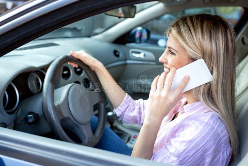 Guardando o telefone celular com umas mão e roda com a outro fotos de stock royalty free