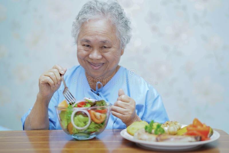 Guardando o toque entrega o paciente superior ou idoso asi?tico da mulher da senhora idosa com amor, cuidado, ajudando, incentiva imagens de stock royalty free