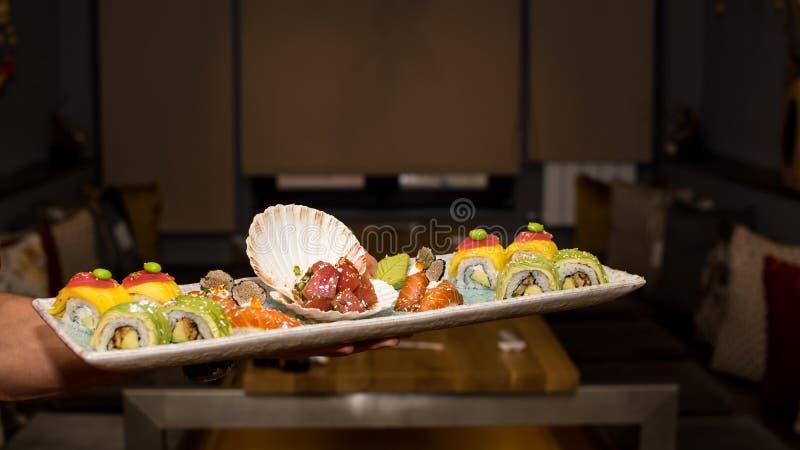 Guardando a placa com sushi imagens de stock royalty free