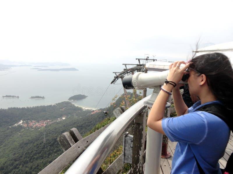 Download Guardando Tramite Il Telescopio Immagine Editoriale - Immagine di esplorazione, ragazza: 55355975