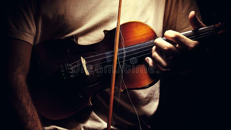 Guardando um violino velho fotografia de stock