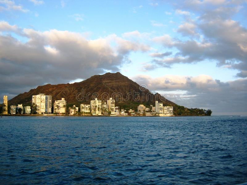Guardando verso Diamondhead vicino alla spiaggia di Waikiki fotografie stock