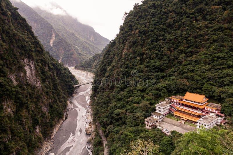 Guardare dall'alto in basso il tempio di Changuang e la gola di Taroko, Taiwan immagini stock libere da diritti