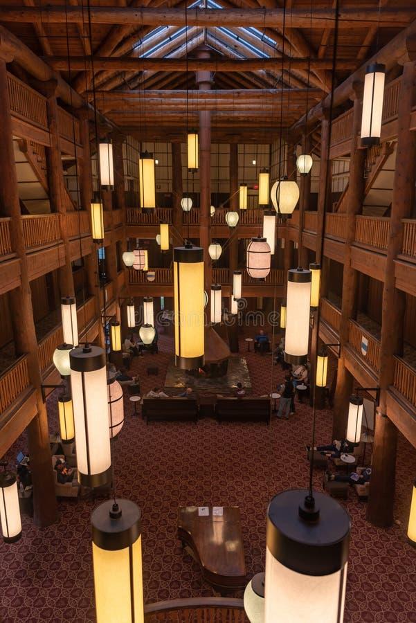 Guardare dall'alto in basso l'atrio storico dell'hotel fotografie stock libere da diritti