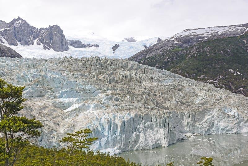 Guardare dall'alto in basso un ghiacciaio alpino fotografia stock libera da diritti